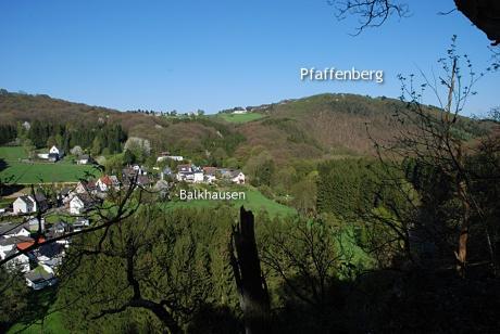 Blick auf Balkhausen und den Pfaffenberg: vom Landrat-Lucas-Weg (April 2007)