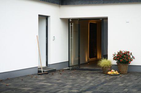 Eingang: minimalistisch