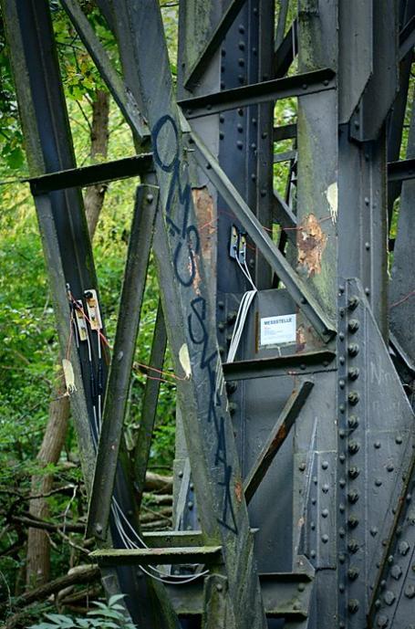 Verkabelter Pfeiler der Müngstener Brücke: ganz schön runtergekommen