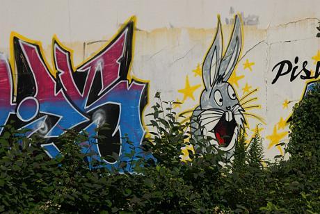 Pis: Wer das Graffito sehen will, Bahnhalt Grünewald/Bushaltestelle