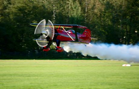 "Pitts Samson II: Pilot Uwe Schlättker. Sein Motto: ""Feel the power, sound and smoke!"""