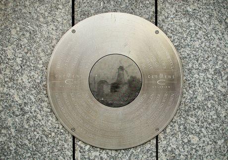 Plakette zur Erinnerung an die Stadtwindmühle: Seit 2008 in den Clemens-Galerien