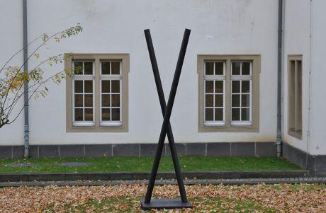 """Plastik von Wolfgang Körber mit dem Titel: """"Der Zustand der Schere vor deren Erfindung"""""""