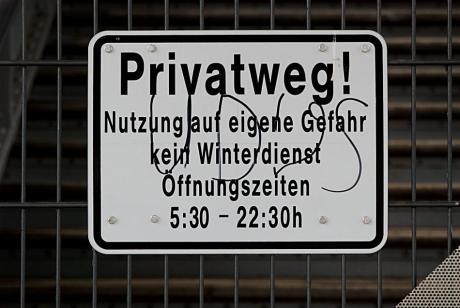 Privatweg: Nutzung auf eigene Gefahr, kein Winterdienst, Öffnungszeiten 5:30 – 22:30 h