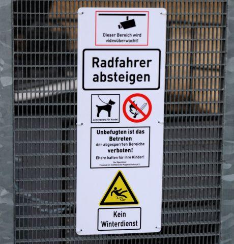 Radfahrer absteigen!