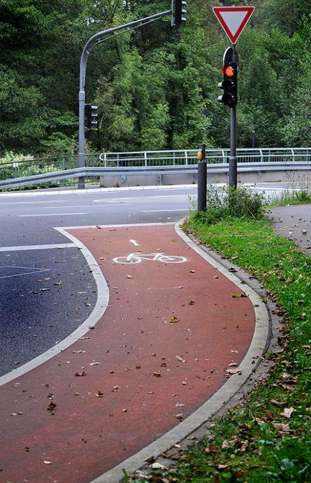 Radweg am Ende des Parkplatzes an der L74 zu Müngsten
