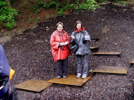 Das Müngstener Rätsel: links im Bild die Künstlerin  Ulrike Böhme, rechts die Verantwortliche der Regionale 2006, Anette Kolkau
