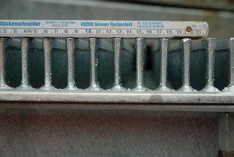der Rechen mit Zollstock (Gliedermaßstab): mit einem lichten Stababstand von 12 mm