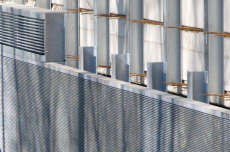 Rechen mit horizontalen Stegen und 12 mm lichter Weite (unterer Teil des Fotos): Ausschnitt aus obigen Foto.