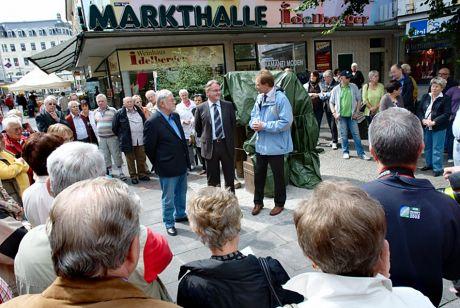 Festtagsredner: Künstler Henryk Dywan, Peter Paul van de Loo (Verschönerungsverein), Oberbürgermeister Nobert Feith - (von links)