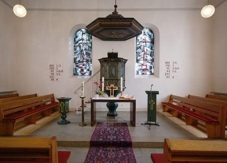 Altar, Kanzel und Schalldeckel der ev. Kirche am Gräfrather Marktplatz