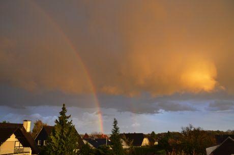 Regen: mit Doppel-Regenbogen