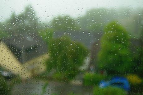 unscharfe Regentropfen an der Festernscheibe