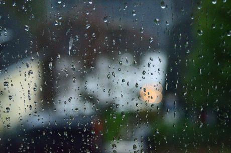 Regen an der Fensterscheibe