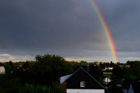 Sonne und Regen kann: einen Regenbogen ergeben