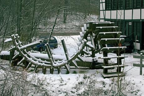 Das alte Wasserrad und die morsche Welle: Balkhauser Kotten an der Wupper