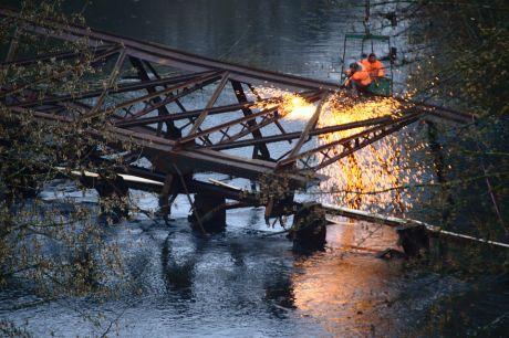 man rückt der Bogenbrücke mit Schneidbrennern zu Leibe