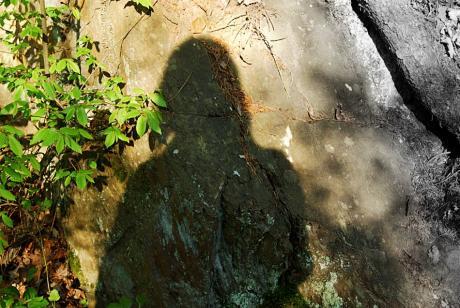 Schatten: an der Felswand