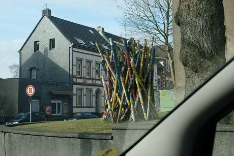 Mikado ?: Plastik im Vorgarten der Grundschule an der Scheidter Straße