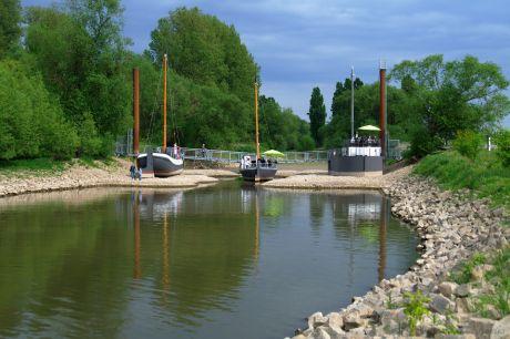 Schiffsbrücke aus Freiheit, Recht und Ponton (von links nach rechts): vom Rhein aus gesehen