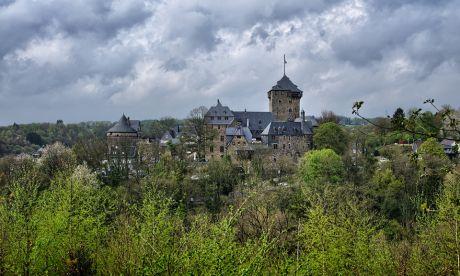 Schloss Burg: vom Ehrenmal aus gesehen