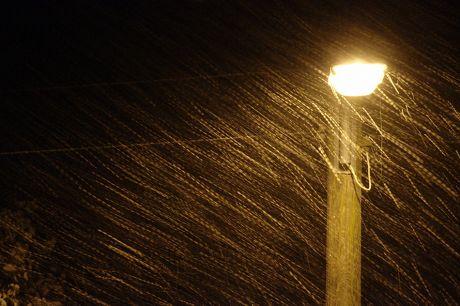 Schneetreiben unter Straßenbeleuchtung