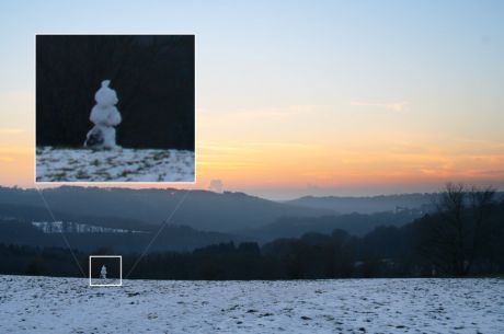 Schneemann schaut Sonnenuntergang zu