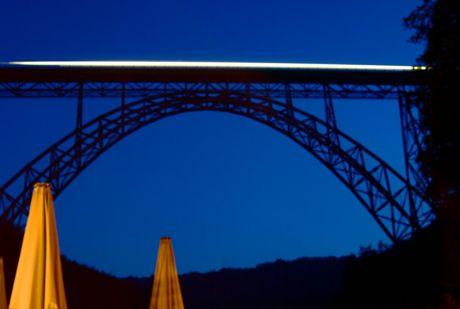 """Der """"Müngstener"""" auf der Müngstener Brücke: bei Nacht."""