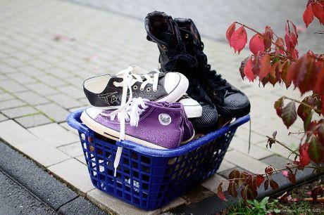 gut gefüllter Schuhsammelkorb