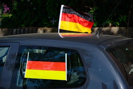 Nun auch als Sonnenschutz im Angebot: die Deutschlandfahne