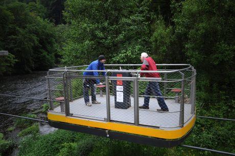Wenn der Vater mit dem Sohne: Schwebefähre im Müngstener Brückenpark, angetrieben von der Familie Haarer