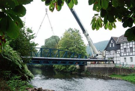 Seitenteilmontage: Kran an der Wupperbrücke in der Kohlfurth