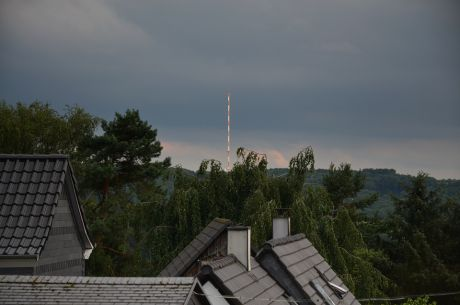 Offene Bahnschranke: Der Sendeturm im Höhendorf Witzhelden