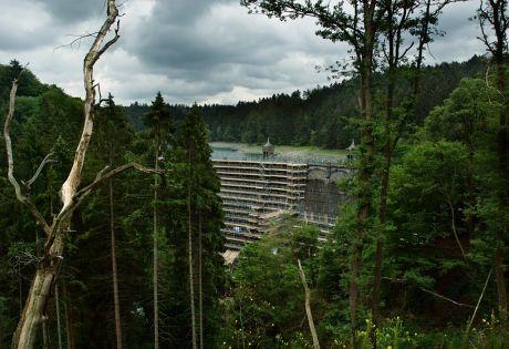 Sengbachtalsperrenmauer: zur Sanierung teilweise eingerüstet