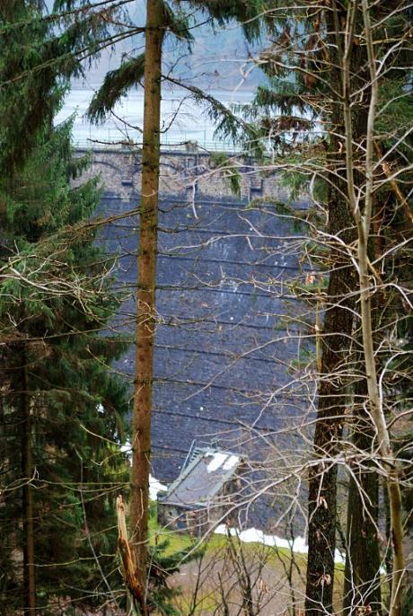 Luftseite der Sengbachtalsperre: aufgestaute Wassermassen, 36m Wassersäule