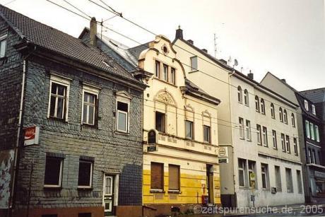 Focher Straße 10: (gelb lackiertes Gebäude)