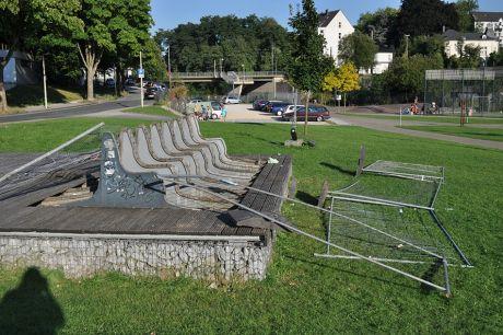 Sitzbank-Ruine im Südpark: mit gefaltetem Zaun. (Foto 9.9.2012)