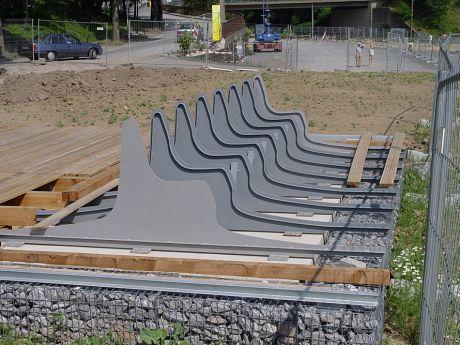 Bau eines Sitzmöbels im Südpark: Anfang Juli 2006
