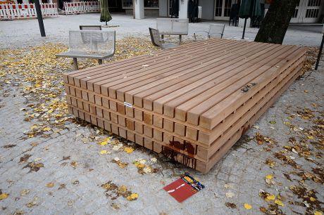 Sitzmöbel aus gestapeltem Holz