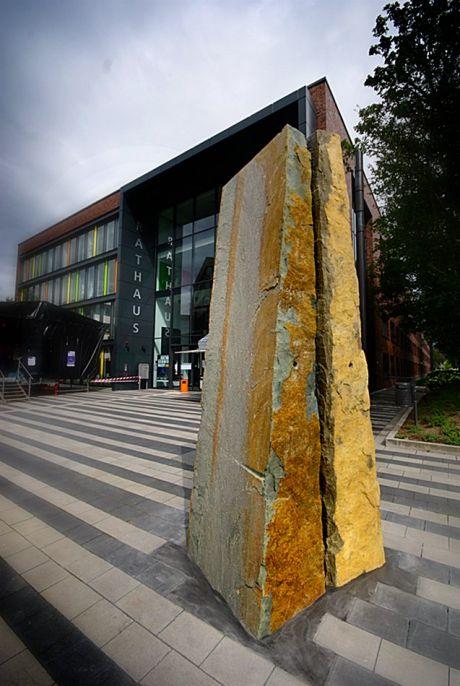 """zwei Keile aus Anröchter Dolomit: """"Kunst am Bau"""" - am Solinger Rathaus von Ulrich Rückriem"""