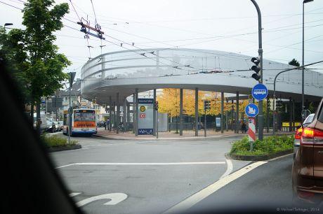 Bahnhof Solingen-Mitte: Obwohl ich jeden Tag daran vorbei fahre, sind mir die welken Bäume erst heute aufgefallen.