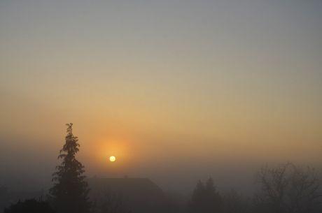 Sonnenaufgang: kann die Sonne den Nebel vertreiben?