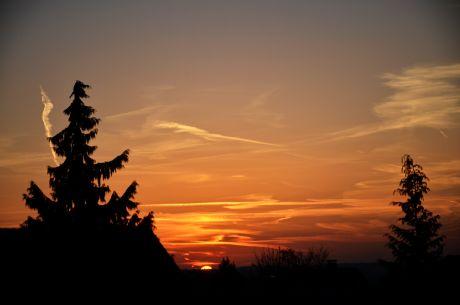 Lasset den Tag beginnen: Sahara-Staub und portugiesische Waldbrandreste färben mit den Sonnenaufgang