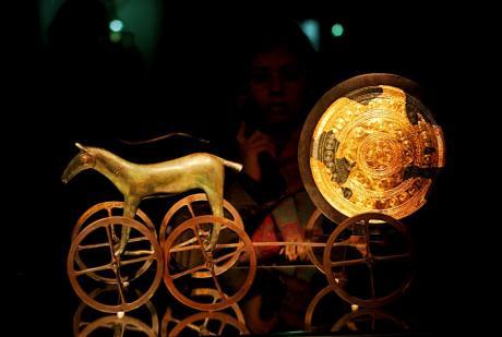 Sonnenwagen von Trundholm: Bronze, mit Goldblechauflage auf der rechten Seite der Scheibe, mit konzentrisch angeordneten Kreismustern; ca. 14. Jh. v. Chr.