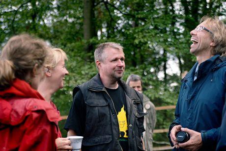Trotz Regen blieb Zeit für ein unterhalsames Schwätzchen: Wupper-Tells Carolin Blum und Annette Hentges, der Köhler Stefan Beermann sowie der lachende Jan Boomers (von links nach rechts)