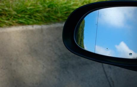 Blauer Himmel im Rückspiegel