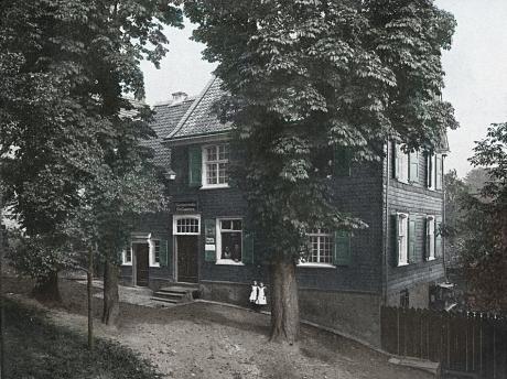 Stammhaus der Familie J.A. Henckels: Aufnahme vor 1924. Zum Zeitpunkt der Aufnahme befand sich im Erdgeschoss das Geschäft des Colonialwarenhändlers Karl Lauterjung.