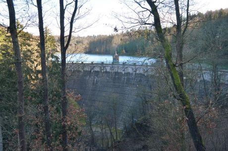 Staumauer der Sengbachtalsperre