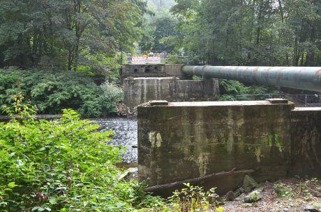 Reste der Strohner Brücke nach dem Abriss: August 2020, die Hochdruckwasserleitung ist noch da