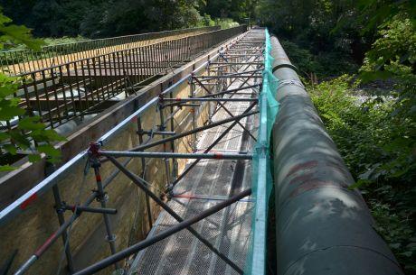 Brücke und Wasserleitung